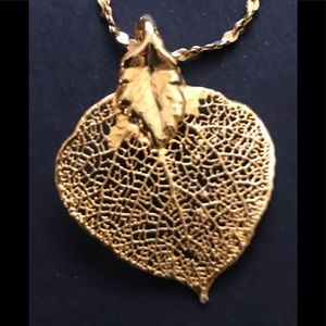 Jewelry - Beautiful gold color leave pending and necklace